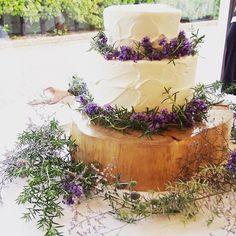 生クリームの塗り方にこだわって作られたというケーキの周りには生花が飾られています。 シンプルなケーキがご希望だったそうで、ケーキの白と紫の花、色のコントラストが本当に綺麗です。