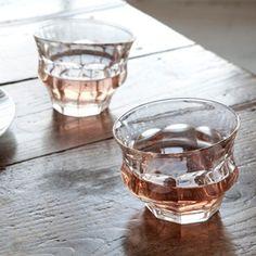 夏の暑さを吹き飛ばすように、テーブルを涼しげに彩ってくれるガラスの器たち。今回はKastehelmi(カステヘルミ)をはじめとするiittala(イッタラ)の人気グラスからDANSK(ダンスク)のBubble confetti(バブルコンフェティ)、KINTO(キントー)のグラス、日本の伝統技術で作られる大正浪漫硝子や江戸切子、サブロウ氏や原光弘氏などの作家もののガラス食器まで幅広くご紹介します。それぞれのすてきなガラスの盛り付け方や使い方なども参考にしてみてください。