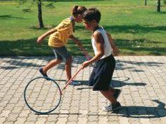El Aro 24. El Aro El juego consiste en rodar el aro a mucha velocidad pudiendo establecerse una competición con otro niños de velocidad o de habilidad
