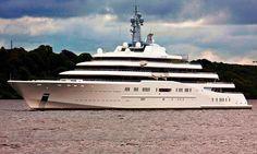 """Comprimento: 162,5 m (533 pés) Velocidade máxima: 25 nós (43 km/h) Com um preço relatado de $1,2 bilhão,"""" o Eclipse """" não é apenas o maior iate, mas também o mais caro do mundo. Foi entregue em 2010 para o magnata russo Roman Abramovich,"""
