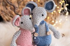 Make this simple and sweet little crochet mouse, a free crochet pattern from Yarnhild. The mouse is easy to make and the pattern comes with photos to help explain the different steps. Crochet Amigurumi, Crochet Socks, Amigurumi Patterns, Doll Patterns, Free Crochet, Amigurumi Doll, Basic Crochet Stitches, Crochet Basics, Crochet Blanket Patterns