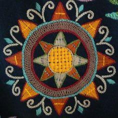 Yksityiskohta kulmarattaasta Wool Embroidery, Japanese Embroidery, Embroidery Stitches, Scandinavian Embroidery, Heart Mirror, Textiles, Viking Age, Rug Hooking, Handicraft