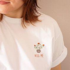 HUG ME! ❤️🌵❤️ #embroidery #handmade #handembroidery #process #artesanato #bordado #bordadolivre #bordadoamao #feitoamao #feitonobrasil #tshirt #tshirts #tee #tees #instastyle #camiseta #camisetabordada #tshirtdodia #fashion #modicesinspira #hugme #cacto #cactus
