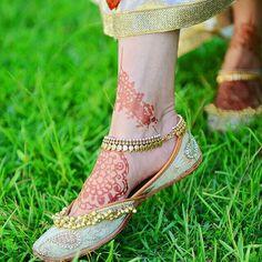chahal Alphabet Tattoo Designs, Stylish Mehndi Designs, Bridal Jewelry Vintage, Silver Anklets, Gold Anklet, Bridal Blouse Designs, Imitation Jewelry, Women's Feet, Pretty Shoes