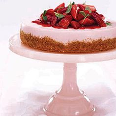 No-Bake Strawberry Cheesecake - Woman's Day - Under 300 calories and looks fabulous Cheesecake Vanille, Cheesecake Desserts, Köstliche Desserts, Simple Cheesecake, Cheesecake Calories, Pumpkin Cheesecake, Holiday Desserts, Fresh Strawberry Desserts, Strawberry Cheesecake