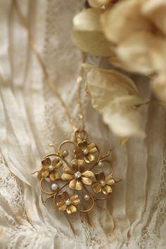 アンティークペンダント・ブローチ 四つ葉のクローバー シャムロック パール ゴールド Womens Jewelry Rings, Pearl Jewelry, Jewelry Art, Antique Jewelry, Gold Jewelry, Beaded Jewelry, Vintage Jewelry, Jewelry Design, Minimal Jewelry