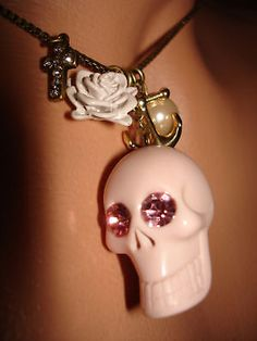 BETSEY JOHNSON VINTAGE RARE PINK crystal PUNK GOTH SKULL WHITE ROSE NECKLACE NWT