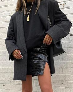 RedonWhite: 34 All Black Street Style Outfits How to style black trousers. How - belisimablue - RedonWhite: 34 All Black Street Style Outfits How to style black trousers. How RedonWhite: 34 All Black Street Style Outfits How to style black trousers. Fashion 2020, Look Fashion, Winter Fashion, Fashion Tips, Fashion Trends, Fashion Ideas, Fashion Clothes, Ny Fashion, Fashion Women