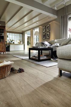 Most up-to-date Pic best Laminate Flooring Thoughts Many owners enjoy your looks regarding hard wood floors, as they quite simply add good quality in addition to . Best Laminate, Oak Laminate Flooring, Walnut Wood Floors, Salons Cosy, Bedroom Flooring, Cozy Living Rooms, Best Interior Design, Family Room, Underfloor Heating