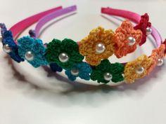 Cerchietti per capelli con fiorellini nei colori dell'arcobaleno all'uncinetto con perla su cerchietto di raso., by Amo a Mano, 5,00 € su misshobby.com