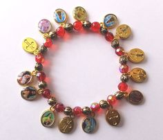 Pendentifs, médailles, carte prière de la Vierge Noire, bracelets fantaisie avec médailles des Saints protecteurs et guérisseurs.