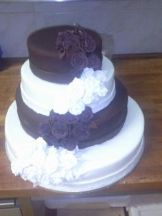 Wedding cake with roses and callas