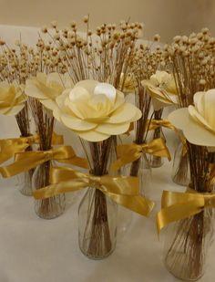 Lindos arranjos de mesa feitos com uma rosa de papel, sempre viva e garrafinha. Altura de 25 a 30 cm. Table Arrangements, Table Centerpieces, Floral Arrangements, 50th Wedding Anniversary, Anniversary Parties, Birthday Decorations, Wedding Decorations, Table Decorations, Diy And Crafts