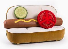 Poltrona e divano a forma di hot dog e hamburger ad una fiera di design di Parigi
