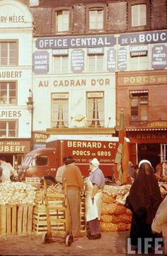 Rue du Jour, face à l'entrée de l'église Saint Eustache Les Halles, Paris 1956-1957 Photo Thoma Mcavoy pour LIFE