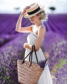 Lavender Cottage, Lavender Fields, Lavendar Painting, Girl Photography, Fashion Photography, Valensole, Girls With Flowers, Girl Photos, Purple