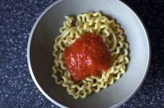 The best pasta sauce in the entire world (butter & onion marinara via Smitten Kitchen) Easy Pasta Sauce, Easy Tomato Sauce, Tomato Sauce Recipe, Sauce Recipes, Pasta Recipes, Cooking Recipes, Tomatoe Sauce, Onion Sauce, Spaghetti Sauce