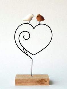 Coração de mãe Wire Art Sculpture, Paper Mache Sculpture, Copper Wire Art, Wire Wall Art, Wrought Iron Decor, Wire Ornaments, Clay Art Projects, Wire Crafts, Woodworking Projects Diy
