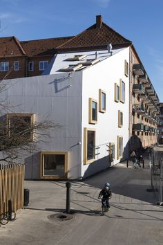 Children's Culture House in Copenhagen / Villa Ville Kulla - Architecture and architects - News / Announcements / News - BauNetz. Facade Architecture, School Architecture, Contemporary Architecture, Home Building Design, Building A House, Backyard, Patio, Swedish Design, Copenhagen Denmark