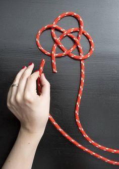 Puno värikkäästä köydestä perinteisiä pannunalusia. Katso Avotakan ohjeet ja tee pannunalusia itselle tai lahjaksi.