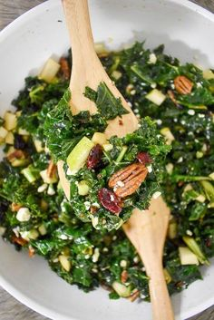 Although addictive and kale dont typically go hand in hand this addictive massaged kale salad will change your mind with one bite! Its tender full of flavor and made with nuts blue cheese and seasonal fruit. Recipe by Dash of Jazz via Jazzmine Kale Salad Recipes, Vegetarian Recipes, Healthy Recipes, Kale Salads, Recipes With Kale, Best Kale Salad Recipe, Going Vegetarian, Simply Recipes, Healthy Salads