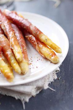 Voici une idée d'entrée pour changer de l'asperge en vinaigrette. Il s'agit d'entourer des asperges cuites de jambon cru et de les dorer à la poêle. Un peu