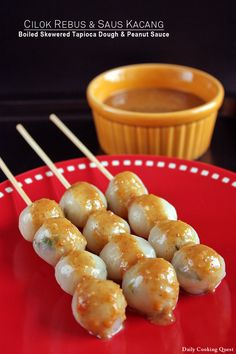 Cilok is an Indonesian snack made with a blend of all purpose flour and tapioca flour, ground toasted dried shrimp, thinly sliced scallions, grated garlic, and… Indonesian Desserts, Indonesian Cuisine, Indonesian Recipes, A Food, Food And Drink, Spicy Peanut Sauce, Vegan Snacks, Vegan Food, Street Food
