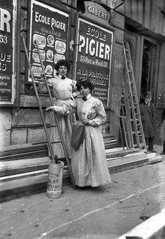 Femmes colleuses d'affiches. Paris, 1908. © Albert Harlingue / Roger-Viollet