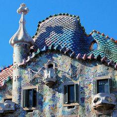 Casa Batlló, ik zie hier de Jugendstil terug omdat het gebouw asymmetrisch is.