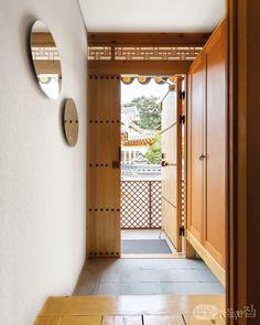 2012년 9월, 은평구 진관사 초입에 한옥마을을 조성하기 위해 부지를 분양하기 시작했다. 그로부터 3년 후 내로라하는 한옥 전문가가 모두 참여해 한옥 설계의 각축장이라 표현하는 이곳에 주택으로는 첫 번째인 목경헌이 모습을 드러냈다. 20년 동안 아파트에서만 살던 배윤목ㆍ허성경 부부는 한옥 생활이 더없이 만족스럽다.