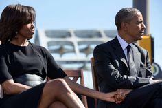El presidente y la primera dama se dan la mano a medida que escuchan a las…