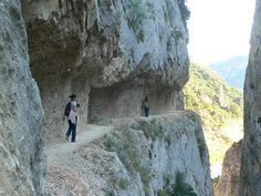 Caminamos por una cornisa tallada en la roca a gran altura del agua / Congost de Mont-rebei