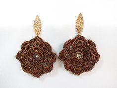 Brinco de crochê feito a mão com linha Susi perolada, base em metal folheado, e aplicação de strass