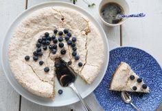 KOKOSKAKE MED MARENGSLOKK | TRINES MATBLOGG Frisk, Let Them Eat Cake, Hummus, Sweet Treats, Snacks, Cookies, Baking, Ethnic Recipes, Desserts