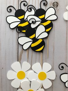 Bumble Bee and Daisy Flower Cupcake Toppers. - עוצרעם - Bumble Bee and Daisy Flower Cupcake Toppers. Bumble Bee and Flower Cupcake Toppers. Diy And Crafts, Crafts For Kids, Paper Crafts, Bee Cards, Flower Cupcakes, Cupcake Toppers, Etsy, Paper Flowers, Handmade