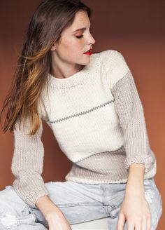 Sweater Kinesis conbinado en 3 colores de lana fina, está diseñado para las que no paramos en todo el día.  Es un kit de tejer de nivel fácil que una vez lo tengas terminado se convertirá en una de tus piezas favoritas.   Fotografía © Rosa Copado  N