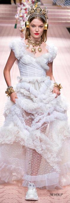 Dolce & Gabbana Spring-summer 2019 - Ready-to-Wear - MooiPic Spring Work Outfits, Spring Outfits Women, Spring Fashion Outfits, Women's Runway Fashion, Women's Fashion, Dot Dress, Beautiful Gowns, Victorian Fashion, Bohemian Style