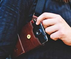 Discreetly carry your smartphone like a private investigator/undercover detective would his firearm using this masculine smartphone holster. Itcomfortably wraps around your torso so that your phone remains protected while leaving your pockets clutter free.