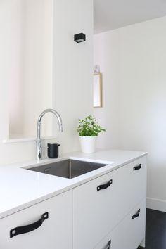 Via Nu interieur|ontwerp | Minimal White Kitchen | Leather Handles