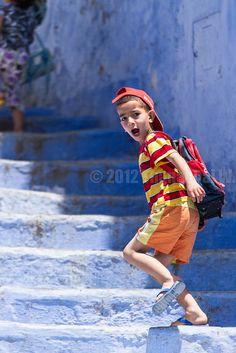 """""""Je vais à l'école""""  Chefchaouen - Maroc. Photo Beum Gallery."""