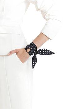 Ajoutez une touche Chanelesque à votre tenue. Notre bracelet à pois de Lea conviendra le gourou régalez-les de style. Son look élégant indémodable viendra compléter nimporte quelle tenue : une petite robe noire, une robe de soirée chic ou une smart blazer et pantalon combo. Ce bracelet de foulard en soie a été soigneusement à la main à New York de tissu polyester texturé imprimé par la maison Oscar de la Renta.  Détails de larticle :  -couleurs : noir et blanc -Oscar de la Renta en tissu…