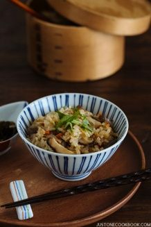 Gohan (Japanese Mixed Rice) Takikomi Gohan (Japanese Mixed Rice) 炊き込みご飯 - Takikomi Gohan is a wonderful and comforting Japanese mixed rice recipe made with seasonal ingredients. This recipe is also gluten free! Healthy Japanese Recipes, Japanese Food, Asian Recipes, Ethnic Recipes, Japanese Meals, Japanese Dinner, Vietnamese Recipes, Chinese Recipes, Japanese House