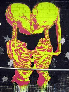 Street Art / Skeletons Kiss / Graphite / Mural / Yellow