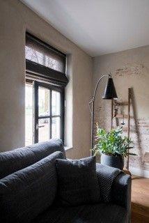 Semi-transparante JASNO folds - vouwgordijnen gemaakt van geweven papier en houten latten. Ook mogelijk boven openslaande ramen. Foto: Magazine Home Sweet Home