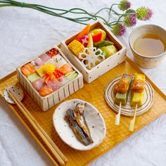 Everyone has heard of sushi before. Now there is a trend going on in Japan where sushi dishes are being designed. Sushi Set, Sushi Food, Food Design, New Food Trends, Boite A Lunch, Everyday Dishes, Culinary Arts, Cute Food, Food Presentation