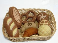 A basket of handmade and freshly baked bread. This is a Xmas gift to a friend who loves food. Felt Diy, Handmade Felt, Felt Crafts, Projects For Kids, Crafts For Kids, Felt Food Patterns, Felt Cupcakes, Pretend Food, Felt Play Food