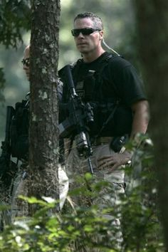 Secret Service men lurk in the woods as Barack Obama plays a holiday round of golf Private Security, Personal Security, Special Ops, Special Forces, Protection Rapprochée, United States Secret Service, Golf With Friends, Hiding In The Bushes, Executive Protection