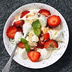 Sommarens mesta marängsviss! Passar ypperligt med färska jordgubbar och mascarpone. Toppa med hackad basilika och mandel för gott crunch. Den ambitiöse gör egna basilikamaränger.