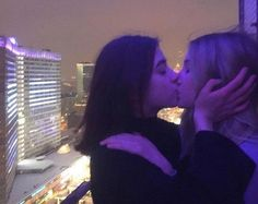 Image discovered by 𝓭𝓮𝓼𝓲𝓰𝓷𝓮𝓻 𝓻𝓪𝓼𝓸𝓸𝓵 🇮🇶. Find images and videos about girls, couple and purple on We Heart It - the app to get lost in what you love. Cute Lesbian Couples, Lesbian Love, Cute Couples Goals, Couple Goals, Gay Aesthetic, Couple Aesthetic, Aesthetic Beauty, Retro Aesthetic, Lila Baby