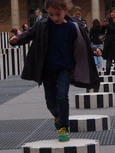 L'enfance de l'art : C'est une photo réflexe, de celles que mon ancien Olympus me faisait prendre. Tel un amant consolant, le nouvel appareil commence à me jouer de loin en loin ce tour-là.    Nous n'avons pas, ni l'une ni l'autre, perdu notre journée.    [dimanche 10 juin 2012, Paris, jardins du Palais Royal, colonnes de Buren]   gilda_f